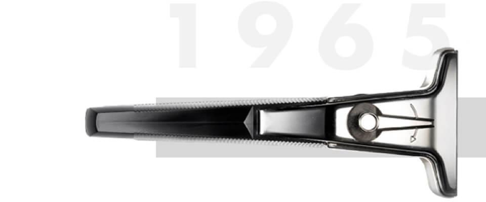 1965 Gillette bringt Techmatic Rasierer mit versenkbaren Rasierklingen zum Schutz der Haut auf den Markt