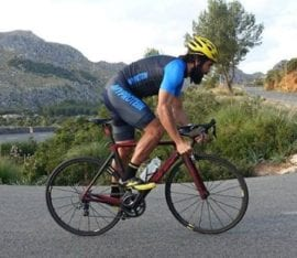 Ciclista subiendo un puerto